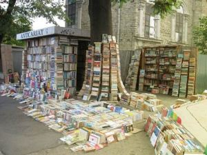 outside-bookshelves-stall